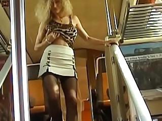 Puceau et milf dans le train avant une exhib lesbienne et godes sur le port